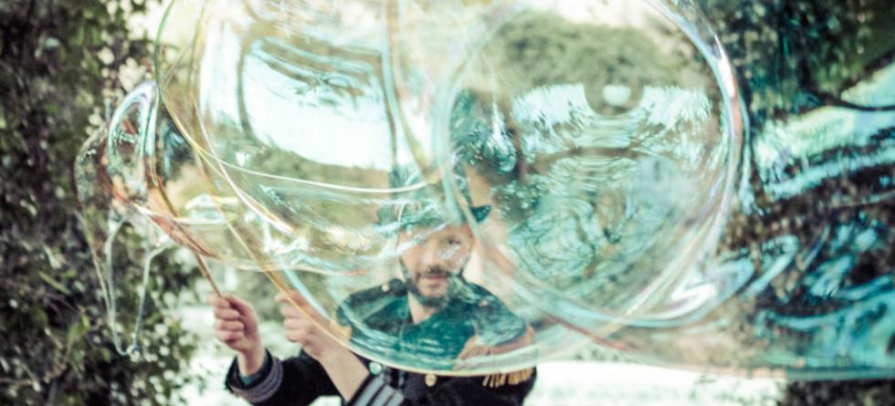 Billy Bolla: barba, bolle di sapone e un pizzico di magia